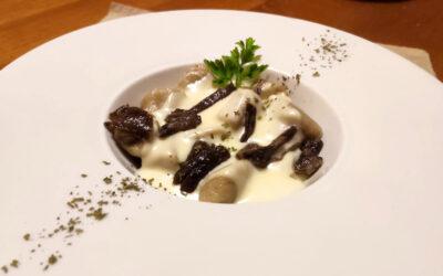 Gnocchi di patate e funghi con crema di morlacco e funghi pioppini spadellati